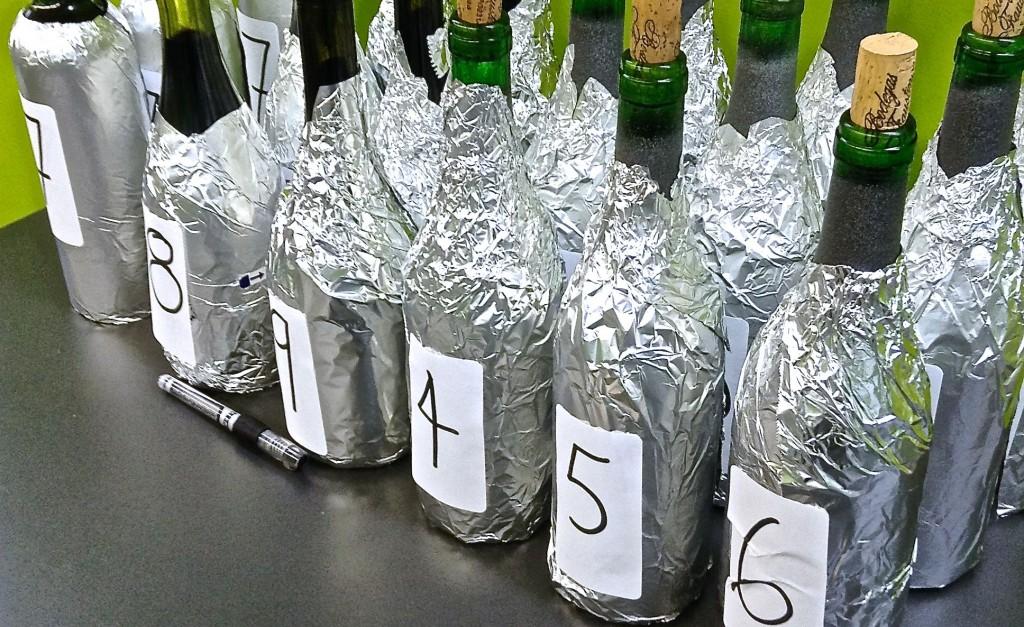 Un joli alignement de bouteilles mystérieuses!